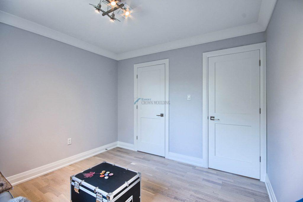 doors trim in a bedroom