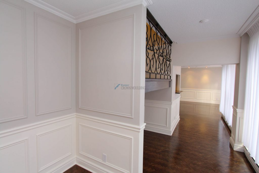 crown moulding in a living room of a condo